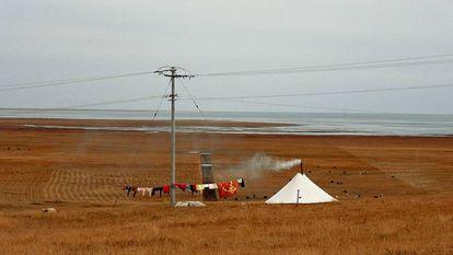 Paisagem sobre o lago Qinghai, o maior de água salgada da China e a 3.300 metros de altura na meseta tibetana.