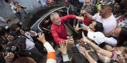 Lula saúda eleitores antes de votar no primeiro turno.