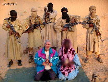 O italiano Sergio Cicala e sua esposa Philomene Kabore (com o rosto pixelado pelos seus raptores), foram sequestrados em 2009 na Mauritânia. Permaneceram cinco meses em cativeiro. / Reuters