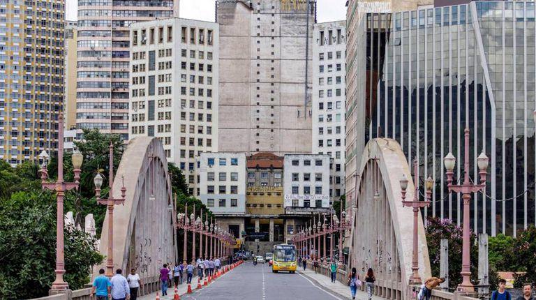 O viaduto Santa Tereza, escalado por Drummond