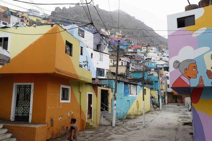 Uma rua da comunidade do morro San Cristóbal, em Lima.