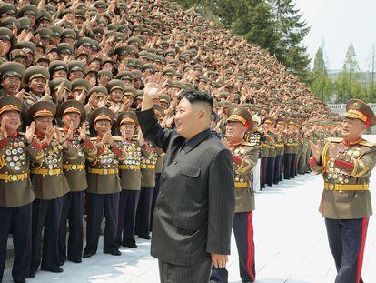 Kim Jong-un participa de solenidade com soldados em uma fotografia distribuída no dia 30 de julho pela agência oficial KCNA.
