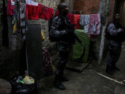 Policiais na favela Kelson, no Rio de Janeiro.