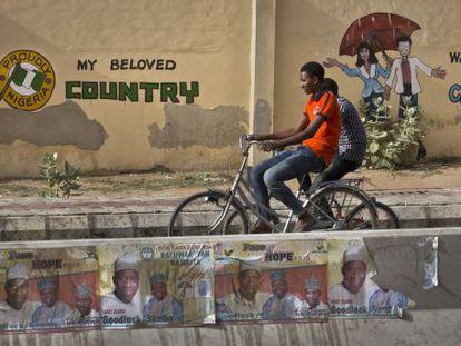 Cartazes do presidente Goodluck Jonathan em Kano.