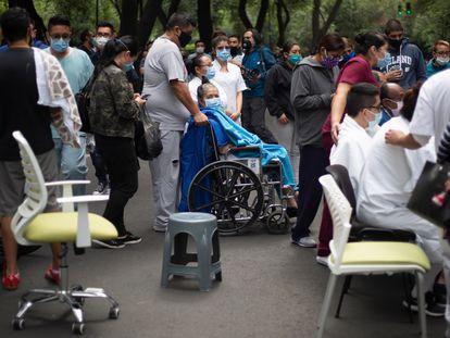 Moradores do bairro de Colonia Narvarte, na Cidade do México, saem para a rua durante o tremor de 7,5 graus nesta terça.
