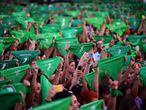 Cientos de mujeres levantan sus pañuelos verdes durante una movilización a favor del aborto, en Buenos Aires (Argentina), el 19 de febrero. Los movimientos feministas de Argentina recuperaron este miércoles sus pañuelos verdes favorables al aborto legal a poco más de una semana de que el Congreso del país comience su actividad para recordar a los legisladores nacionales que su reivindicación espera tornarse en realidad en 2020. Después de que el presidente, Alberto Fernández, haya afirmado en varias ocasiones durante sus primeros meses en el Gobierno que él mismo mandará al Congreso un proyecto para la despenalización del aborto, miles de mujeres argentinas le reclamaron frente a la sede del Poder Legislativo que cumpla su promesa.