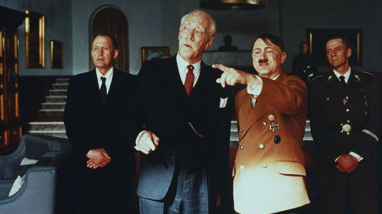 O ator Max von Sydow (segundo à esquerda), no papel de Knut Hamsun no filme 'Hamsun', de Jan Troell (1996)