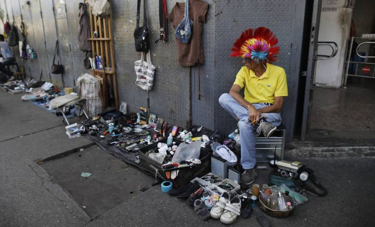 Um vendedor informal numa rua de Caracas.
