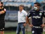 Abel Ferreira, treinador do Palmeiras, com Renato Gaúcho, treinador do Grêmio, ao fundo.
