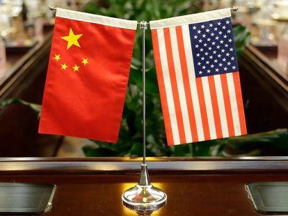 As bandeiras dos EUA e da China em uma mesa no Ministério da Agricultura chinês, durante um encontro entre os Governos, em 2017.