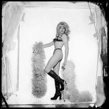 Uma das fotos incluídas na exposição 'As Metamorfoses', recém-inaugurada em São Paulo. Diversas modelos que posaram para os retratos de travestis e transformistas que a fotógrafa Madalena Schwartz, uma imigrante nascida em 1921 na Hungria, fez nos anos setenta na metrópole brasileira.