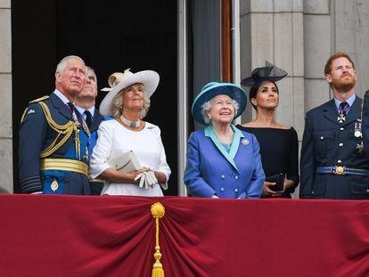 A rainha Elizabeth II na sacada do palácio de Buckingham com outros membros da família real em 10 de julho.