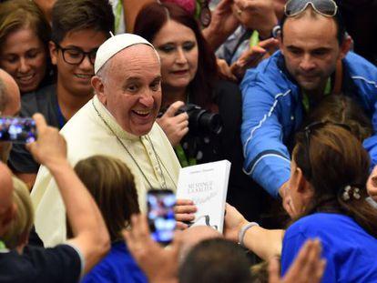 O papa Francisco durante um encontro, no sábado, com atletas paralímpicos no Vaticano.