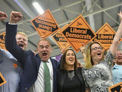A candidata liberal-democrata Jane Dodd, no centro, comemora sua vitória no distrito eleitoral galês de Brecon & Radnorshire, nesta quinta-feira.