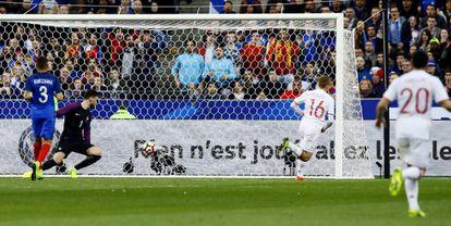 Deulofeu marca o segundo gol da Espanha, anulado pelo bandeirinha.