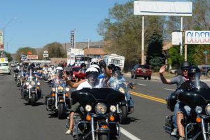Motociclistas na Rota 66, que atravessa os Estados Unidos.