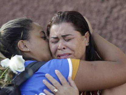 Familiar de vítima da tragédia é consolada por voluntária durante missa em homenagem às vítimas, no dia 31 de janeiro