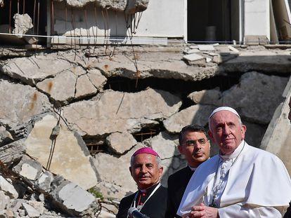 O Papa chega à praça das Quatro Igrejas de Mossul para realizar sua oração, neste domingo.