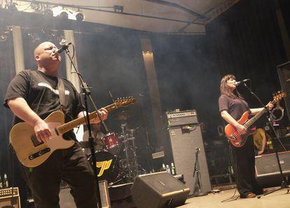 Black Francis e Kim Deal, dos Pixies, durante um show da turnê que os reuniu em 2004, em Davis, Califórnia.