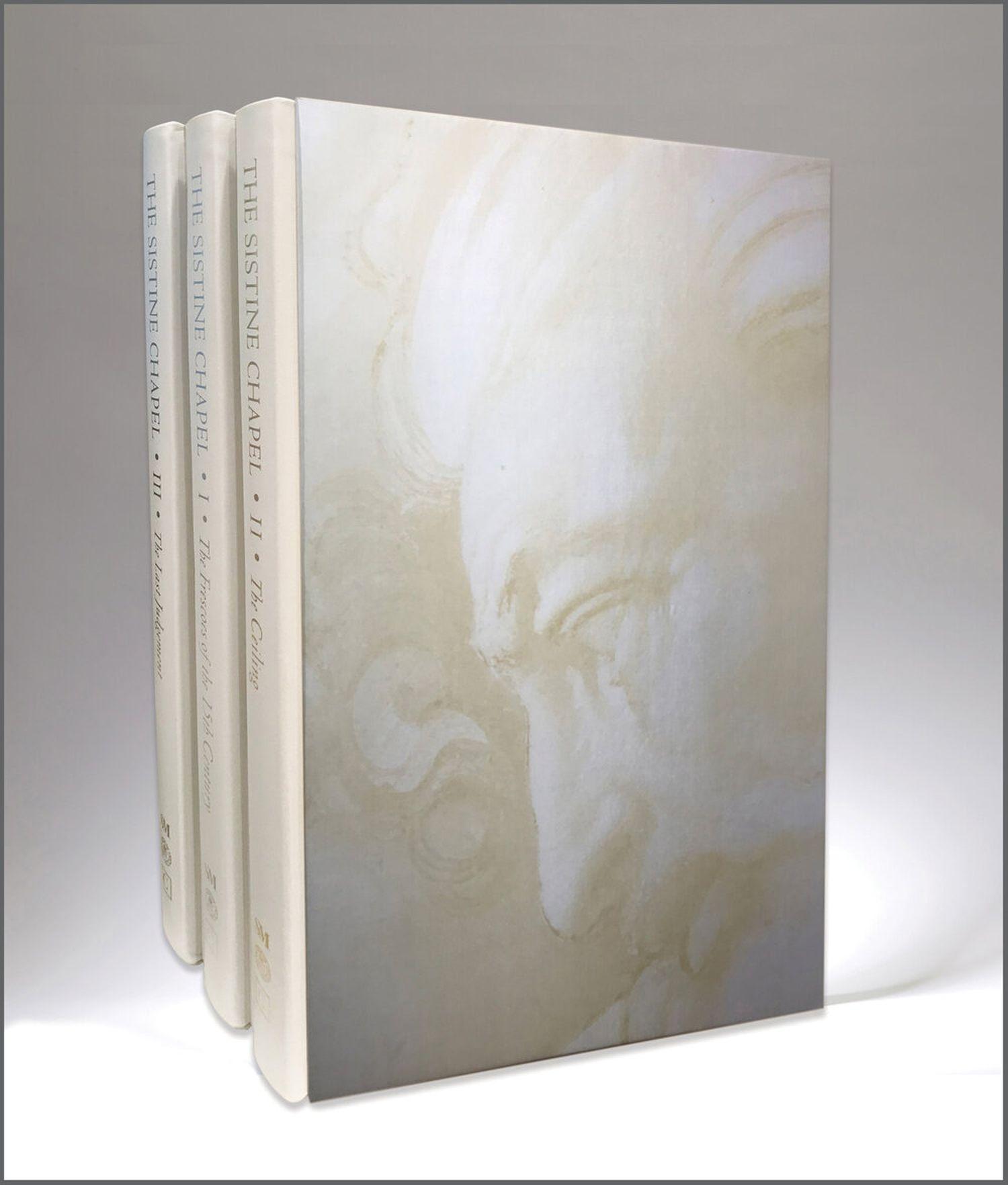 The Sistine Chapel' é uma edição limitada em três volumes encadernados em seda – com impressões em lâminas de prata, ouro e platina – e vendida por cerca de 20.000 euros.