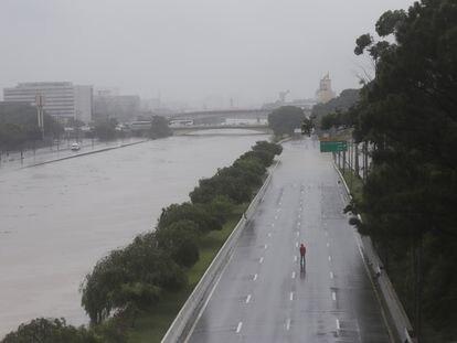 Homem caminha em uma Marginal Tietê parcialmente interditada.