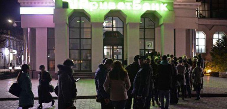 Várias pessoas à espera de retirar dinheiro de um caixa, em Simferópol.