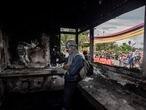 Un joven de la primera línea de defensa al interior de una estación de Policía que fue vandalizada y quemada. Cali, Colombia, 5 de mayo 2021