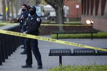 Policiais de Chicago guardam a entrada principal do edifício de sua sede durante uma manifestação de protesto contra a morte de Adam Toledo, de 13 anos.