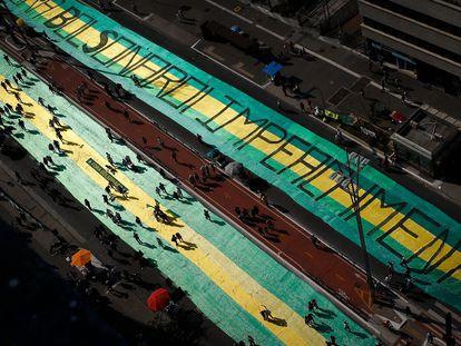 Faixa na avenida Paulista pede o impeachment de Jair Bolsonaro durante o protesto do último domingo, na avenida Paulista.