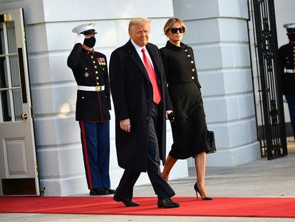 Donald Trump deixa a Casa Branca, em 20 de janeiro, com sua mulher, Melania Trump.