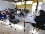 MEX6034. GUADALAJARA (MÉXICO), 01/03/2021.- Un grupo de estudiantes y profesores regresan a clases presenciales, hoy en la ciudad de Zapopan, estado de Jalisco (México). Estudiantes mexicanos de educación básica regresaron este lunes a las escuelas del estado de Jalisco, en el occidente del país, tras un año sin clases presenciales por la pandemia de la COVID-19. Unas 3.300 escuelas públicas y privadas reabrieron con un programa del Gobierno estatal en el que nueve estudiantes por aula tomarán clases de regularización y actividades culturales y deportivas por un máximo de cuatro días cada dos semanas, expuso Juan Carlos Flores, secretario de Educación de Jalisco. EFE/ Francisco Guasco