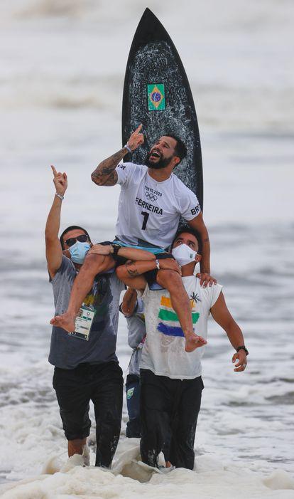 Ítalo Ferreira comemora a vitória no Japão. Brasileiro é o primeiro campeão olímpico da história.