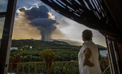 Uma mulher contempla a coluna de fumaça liberada pelo vulcão La Palma nesta quinta-feira.