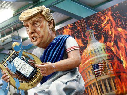 Figura de papel marché em parada de Berlim faz crítica a Trump.