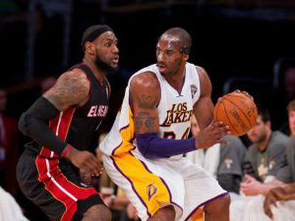 LeBron James marca Kobe Bryant, em uma imagem de arquivo.