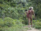 """Las mujeres zo'és de la Amazonia brasileña suelen llevar a sus hijos en portabebés que tejen con fibras de palma o algodón que cultivan en sus huertos. Todos son iguales en la sociedad zo'é. Los zo'és son polígamos, y tanto las mujeres como los hombres pueden tener más de un compañero/a. Es bastante común que una mujer con varias hijas se case con diferentes hombres, algunos de los cuales podrían casarse más tarde con éstas. Las mujeres indígenas no están """"atrasadas"""" ni son """"primitivas""""; tienen sociedades complejas y en evolución que florecen cuando se las deja perseguir las formas de vida diversas y autosuficientes que han desarrollado a lo largo de los siglos. A pesar de su sufrimiento, la resistencia de muchas mujeres indígenas sigue aumentando en la actualidad."""