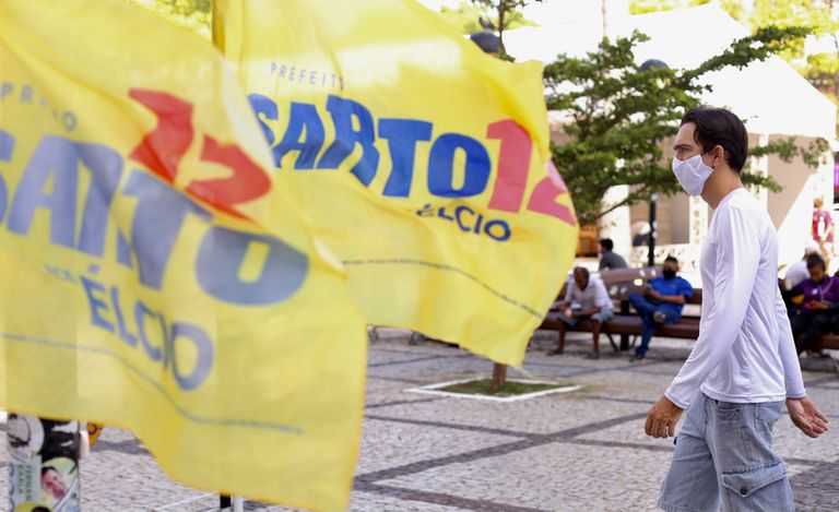 Bandeiras da candidatura de José Sarto (PDT) no centro de Fortaleza.