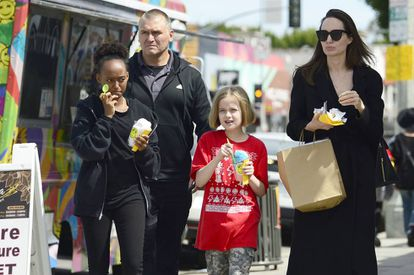 Angelina Jolie com Vivienne e Zahara Jolie Pitt em compras por Los Angeles em março.