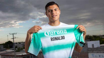Ronaldo Cisneros posa com sua camiseta do Santos Laguna.