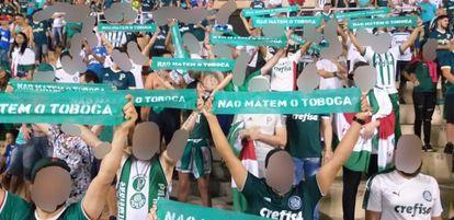 Integrantes da Palmeiras Antifascista protestam contra a privatização do Pacaembu durante jogo do Palmeiras.