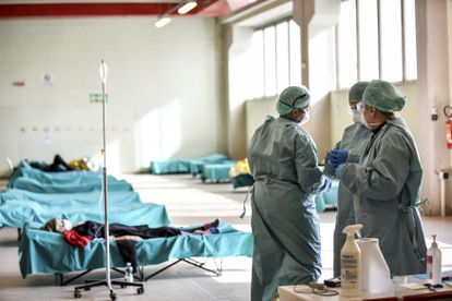 Equipe médica na Itália.