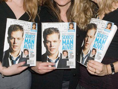 """Três mulheres seguram em suas mãos três exemplares da People com Matt Damon na capa, quando foi eleito o """"homem vivo mais sexy"""" 2007."""
