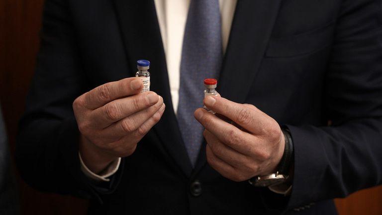 Ministério da Saúde da Rússia exibe frascos da vacina aprovava pelo país contra o coronavírus.
