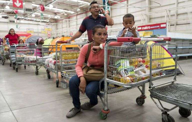 Supermercado semivazio na Venezuela.