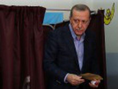 Com mais de 99% dos votos apurados, a televisão estatal já informou que o AKP conseguiu 50% nas eleições antecipadas
