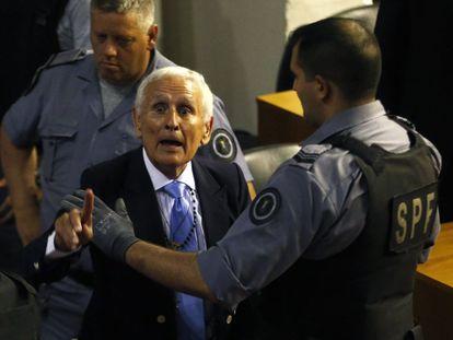 Etchecolatz, ex-chefe da inteligência da Polícia de Buenos Aires, depois de escutar a sentença em Buenos Aires.