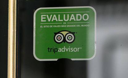 Selo do Tripadvisor na entrada de um estabelecimento no centro de Barcelona.