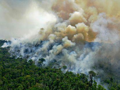 Imagem de 16 de agosto de 2020, mostra a vista aérea de uma área em chamas na reserva da floresta amazônica, ao sul de Novo Progresso no Estado do Pará.