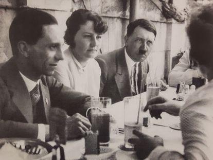 Geli Raubal, sentada entre Goebbels e Hitler numa reunião em Munique, noticiada na imprensa local.