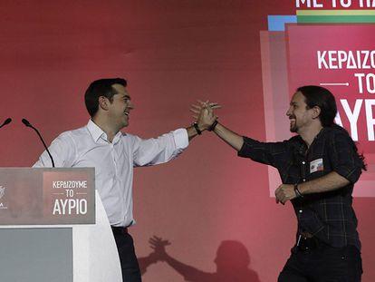 Tsipras e Iglesias durante o comício em Atenas.
